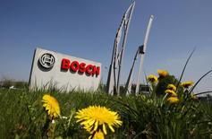 L'équipementier automobile allemand Robert Bosch devrait verser une amende de plus de 300 millions de dollars (287 millions d'euros) pour régler à l'amiable une action en justice intentée par des propriétaires de Volkswagen diesel équipés d'un système de fraude à la pollution. /Photo d' archives/REUTERS/Thierry Roge