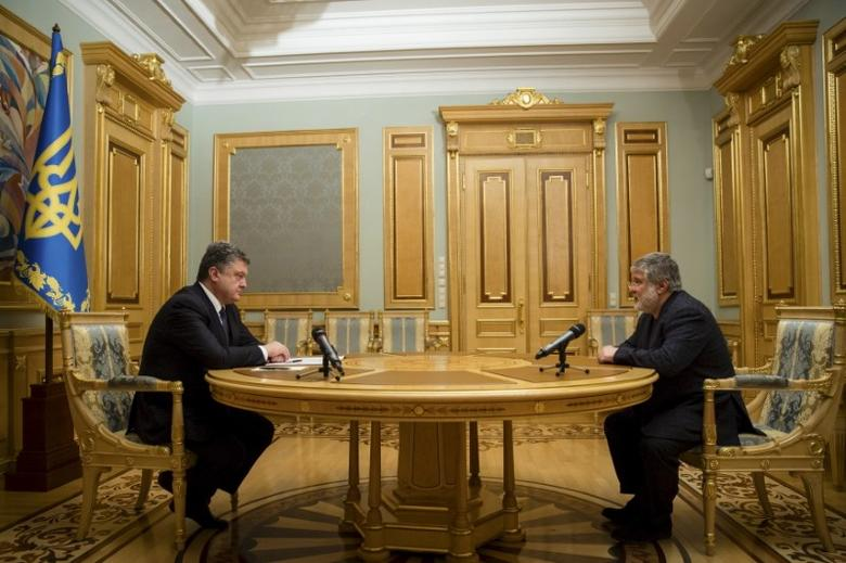 Ukrainian President Petro Poroshenko (L) listens to oligarch Ihor Kolomoisky during their meeting in Kiev March 25, 2015. REUTERS/Mikhail Palinchak/Ukrainian Presidential Press Service/Handout via Reuters