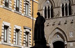 El banco italiano Monte dei Paschi di Siena está tratando de resolver sus diferencias con un inversor clave sobre un plan de rescate de 5.000 millones de euros (5.200 millones de dólares) para que éste salga adelante y evite un rescate del estado. En esta imagen de archivo, la puerta principal del banco Monte dei Paschi en Siena el 13 de marzo de 2012. REUTERS/Max Rossi
