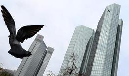 La sede del banco Deutsche Bank en Fráncfort, oct 27, 2016. Deutsche Bank podría llegar esta semana a un acuerdo con el Departamento de Justicia de Estados Unidos sobre una multa por presuntamente engañar a los inversores cuando vendía valores respaldados por hipotecas, dijo el lunes una persona con conocimiento directo del asunto.    REUTERS/Kai Pfaffenbach