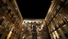 El Gobierno italiano intentará conseguir autorización del parlamento para endeudarse en 20.000 millones de euros que destinaría a garantizar la estabilidad del maltrecho sector bancario, comenzando por un probable rescate de la tercera entidad del país, Monte dei Paschi di Siena, que podría producirse esta misma semana.  En la imagen, la sede de Monte dei Paschi en Siena, en Italia, el 16 de agosto de, 2013. REUTERS/Stefano Rellandini