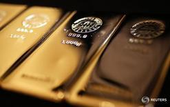 Слитки золота в магазине Ginza Tanaka в Токио 18 апреля 2013 года. Золото дешевеет во вторник на фоне усиления доллара до многолетнего максимума, после того как комментарии главы ФРС Йеллен о рынке труда США усилили ожидания дальнейшего повышения процентных ставок в следующем году. REUTERS/Yuya Shino