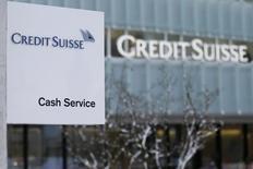 """Логотип Credit Suisse у отделения банка в пригороде Берна. 7 февраля 2013 года. Министерство юстиции США требует от банка Credit Suisse выплатить от $5 до $7 миллиардов в рамках расследования, касающегося продажи банком """"токсичных"""" ипотечных бумаг перед кризисом 2008 года, сказал знакомый с ситуацией источник, однако банк не согласен на такую сумму. REUTERS/Pascal Lauener"""