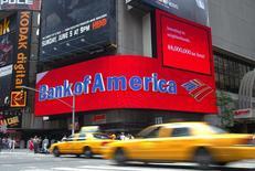 La banque britannique Lloyds Banking Group a annoncé mardi le rachat à Bank of America, qui est à suivre mardi à Wall Street, de la société de cartes de crédit britannique MBNA pour 1,9 milliard de livres en numéraire. /Photo d'archives/REUTERS/Shannon Stapleton