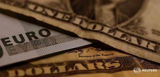 Банкноты доллара США и евро. 19 октября 2016 года. Банк России видит постепенное ухудшение ситуации с валютной ликвидностью в РФ с середины 2016 года и будет готов, в случае острой нехватки долларов или евро на рынке, предоставить их банкам в конце года через свои инструменты рефинансирования, сказал глава отдела анализа денежного и валютного рынка ЦБР Валерий Смирнов. REUTERS/Leonhard Foeger