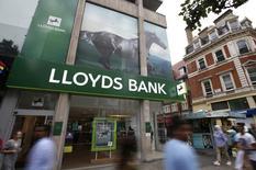 Una sucursal del banco Lloyds en Londres, jul 28, 2016. Lloyds Banking Group anunció la compra de MBNA, el negocio británico de tarjetas de crédito de Bank of America, por 1.900 millones de libras esterlinas (2.400 millones de dólares), en un esfuerzo por aumentar sus utilidades y reducir su dependencia de los préstamos hipotecarios.  REUTERS/Peter Nicholls