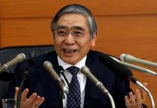 El gobernador del Banco de Japón, Haruhiko Kuroda, en una rueda de prensa en la sede del organismo en Tokio, nov 1, 2016. El Banco de Japón mantuvo la política monetaria estable el martes y ofreció una visión más optimista de la economía, lo que refuerza las expectativas de que su dirección futura podría incluir un aumento en las tasas de interés.  REUTERS/Kim Kyung-Hoon