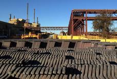 Cátodos y ánodos de cobre en la mina de cobre y uranio Olympic Dam de BHP Billiton en South Australia, Australia, mayo 24, 2016. Los grandes grupos mineros del mundo están afinando sus estrategias comerciales en medio del revuelo post-crisis en el sector de materias primas, con el fin de aumentar al menos levemente sus devaluadas ganancias.    REUTERS/Sonali Paul/File photo