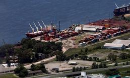 Imagen de archivo del puerto de Rosario, Argentina, ene 16, 2016. Argentina registró un déficit de cuenta corriente de 2.970 millones de dólares en el tercer trimestre del año, informó el martes el Ministerio de Hacienda y Finanzas.   REUTERS/Marcos Brindicci