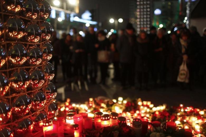 Candles burn at a Christmas market at Breitscheidplatz in Berlin, Germany, December 20, 2016, to commemorate the 12 victims of a truck that ploughed into the crowded market.        REUTERS/Hannibal Hanschke