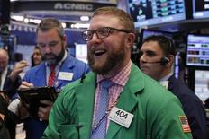 Un operador sonríe en el parqué de la Bolsa de Nueva York. 14 de diciembre de 2016. El promedio industrial Dow Jones y el índice Nasdaq Composite cerraron el martes en niveles máximos históricos, en un repunte alimentado por el optimismo sobre las políticas del presidente electo de Estados Unidos, Donald Trump. REUTERS/Lucas Jackson