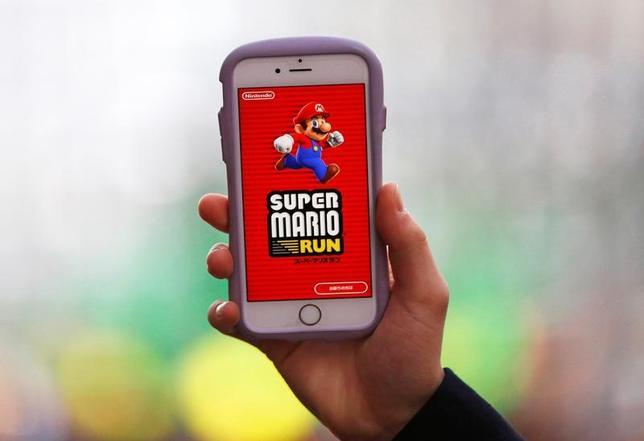 12月21日、任天堂は、「スーパーマリオラン」のダウンロード数が4日間で4000万を突破したと発表した。写真は都内で20日撮影(2016年 ロイター/Kim Kyung-Hoon)