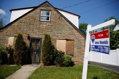 """Un aviso de """"a la venta"""" es visto en una casa en Garden City, Nueva York. 23 de mayo 2016. Las ventas de casas usadas en Estados Unidos subieron inesperadamente en noviembre y tocaron su nivel más alto en casi 10 años, probablemente porque los compradores se apresuraron para aprovechar tasas de interés más bajas antes de nuevos incrementos en los costos del crédito. REUTERS/Shannon Stapleton/File Photo - RTX2PPP8"""