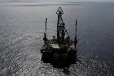 Глубоководная нефтяная платформа в Мексиканском заливе. Цены на нефть продолжили положительную динамику в ходе вечерних торгов в среду благодаря прогнозируемому снижению запасов в США и в декабре выросли на 10 процентов - самый высокий показатель за шесть лет.  REUTERS/Henry Romero