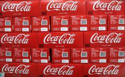 Cajas de Coca-Cola en supermercado de la cadena Casino en Mouans Sartoux, Francia, oct 27, 2016. Coca-Cola acordó comprar una participación mayoritaria en su embotelladora africana a Anheuser-Busch InBev por 3.150 millones de dólares, dijeron ambas compañías el miércoles, una operación que permite al mayor fabricante de bebidas distanciarse de la cervecera.      REUTERS/Eric Gaillard