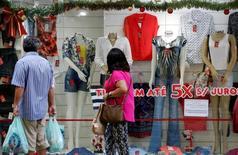 Consumidores observam loja em São Paulo. 21/12/2016. REUTERS/Paulo Whitaker