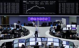 Фондовая биржа Франкфурта-на-Майне. Европейские фондовые индексы открыли снижением торги четверга, ещё дальше отойдя от максимумов года, однако бумаги фармкомпании Actelion оказали поддержку рынку.   REUTERS/Staff/Remote