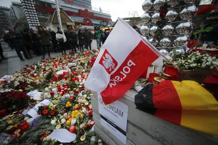 Flowers and candles are placed near the Christmas market at Breitscheid square in Berlin, Germany, December 22, 2016, following an attack by a truck which ploughed through a crowd at the market on Monday night.     REUTERS/Hannibal Hanschke