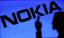 Nokia, à suivre à la Bourse de Paris à mi-séance, plus forte baisse du CAC 40, recule de 5,02% à 4,507 euros sur fond de guerre des brevets après avoir déposé des plaintes pour violation de brevets contre APPLE. /Photo d'archives/REUTERS/Dado Ruvic
