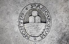 Un logo del banco Monte dei Paschi di Siena en el suelo de Siena, Italia. 5 de noviembre 2014. Monte dei Paschi di Siena ha fracasado en sacar adelante su plan de rescate de última hora y ahora un rescate público parece inevitable, dijeron fuentes el miércoles.  REUTERS/Giampiero Sposito/File Photo