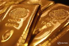 Слитки золота в магазине Ginza Tanaka в Токио 17 сентября 2010 года. Золото стабилизировалось в четверг на фоне ослабления доллара и ожидания участниками рынка экономических данных из США позднее в четверг. REUTERS/Yuriko Nakao