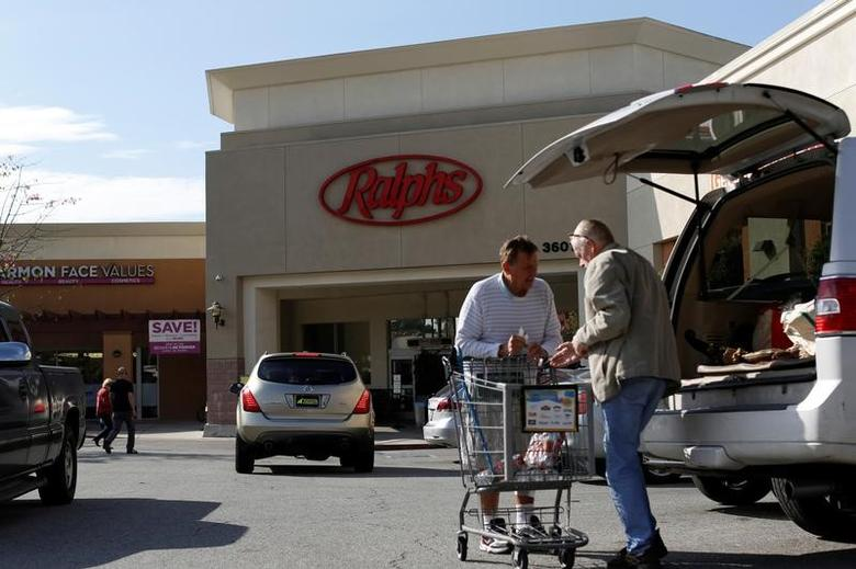 Shoppers load groceries outside a Ralphs grocery store, which is owned by Kroger Co, ahead of company results in Pasadena, California U.S., December 1, 2016.   REUTERS/Mario Anzuoni
