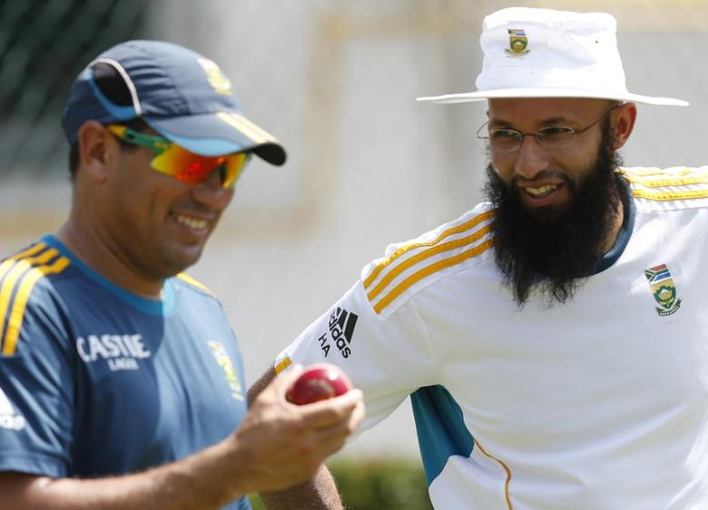 South Africa's captain Hashim Amla (R) talks with team coach  Russell Domingo during a practice session ahead of their second test cricket match against Sri Lanka in Colombo July 23, 2014.  REUTERS/Dinuka Liyanawatte/Files