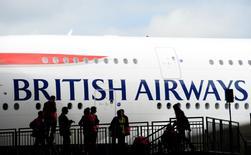 Le syndicat Unite a annoncé jeudi avoir levé son appel à la grève pour le personnel navigant de British Airways pendant les fêtes de Noël. /Photo d'archives/REUTERS/Paul Hackett