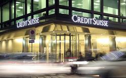 Las bolsas europeas subían el viernes, impulsadas por el sector bancario después de que Credit Suisse <CSGN.S> y Deutsche Bank <DBKGn.DE> alcanzaran acuerdos en Estados Unidos en relación con la emisión de valores respaldados por hipotecas residenciales, en una jornada en la que el italiano Monte dei Paschi <BMPS.MI> acordó su rescate.  En la imagen, el logo de Credit Suisse en la sede del grupo en Milán, 9 de marzo de 2016.  REUTERS/Stefano Rellandini/File Photo