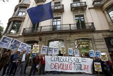 El Gobierno tiene previsto aprobar en el próximo consejo de ministros un código de buenas prácticas al que podrán recurrir las entidades financieras que lo deseen para resolver las demandas que se presenten con motivo de las cláusulas suelo tras la sentencia del Tribunal de Justicia Europeo europeo. En la imagen, manifestantes contra las cláusulas suelo ante la oficina de la UE en Barcelona, el 26 de abril de 2016. REUTERS/Albert Gea