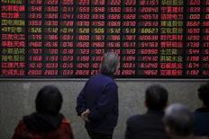 Инвесторы в брокерской конторе в Шанхае 7 марта 2016 года. Китайские фондовые индексы сумели отыграть первоначальные потери и завершили в плюсе торги понедельника, поскольку восстановление некоторых акций, пользующихся спросом у страховщиков, нивелировало слабость бумаг сырьевого сектора, вызванную падением цен на сырье. REUTERS/Aly Song/File Photo