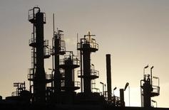 Unas torres y chimeneas en una refinería de crudo en Melbourne, jun 21, 2010. Las existencias finales de crudo de China bajaron en noviembre un 1,55 por ciento respecto al mes anterior a 29,89 millones de toneladas, debido a un declive de la producción y a un alza de la demanda, según datos oficiales provistos el lunes por la agencia de noticias Xinhua.  REUTERS/Mick Tsikas