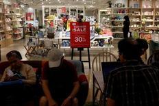 """Unas personas realizando compras en un centro comercial en Hong Kong, jun 17, 2016. China alcanzará su meta de crecimiento de 6,5-7 por ciento este año, una señal tranquilizadora para una economía mundial """"débil y vulnerable"""", dijo el lunes la agencia de noticias estatal Xinhua.       REUTERS/Bobby Yip/File Photo"""