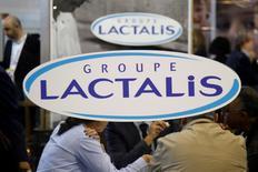 Le groupe laitier français Lactalis a annoncé mardi lancer une offre publique d'achat (OPA) sur les actions de Parmalat qu'il ne détient pas encore pour retirer sa filiale italienne de la Bourse de Milan. /Photo prise le 17 octobre 2016/REUTERS/Charles Platiau