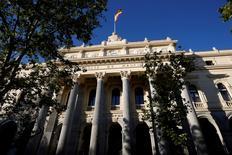 El selectivo español cotizaba el martes a mediodía plano, iniciando la última semana del año con pocos cambios tras el paréntesis festivo de la víspera, lo que, unido al cierre del parqué londinense, mantenía el mercado sin sobresaltos. En la imagen, una bandera española ondea sobre la Bolsa de Madrid, en España, el 1 de junio de 2016. REUTERS/Juan Medina