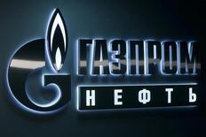Логотип Газпромнефти в офисе компании в Ханты-Мансийске, 28 января 2016 года. Нефтяное подразделение Газпрома - Газпромнефть - немного снизила прогноз роста своей добычи углеводородов на 2017 год, после того как Россия вслед за ОПЕК присоединилась к соглашению о сокращении добычи нефти. REUTERS/Sergei Karpukhin/File Photo