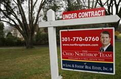 Una vivienda a la venta en Ashton, EEUU, dic 30, 2015. Los precios de las casas unifamiliares en Estados Unidos subieron modestamente en octubre, en línea con lo previsto, pero el alza de las tasas hipotecarias en las últimas semanas podría ser un riesgo a la sustentabilidad del avance, mostró un sondeo el martes.     REUTERS/Gary Cameron