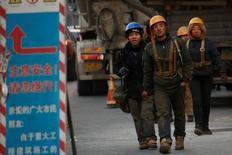 Unos trabajadores al término de su turno en Pekín, dic  6, 2016. Las ganancias del sector industrial de China tuvieron su lectura más sólida de tres meses en noviembre, lo que destaca el avance de la economía del país, pero los encargados de las políticas dijeron que el indicador descansó demasiado del repunte de los precios de productos petroleros, de hierro y acero.  REUTERS/Thomas Peter