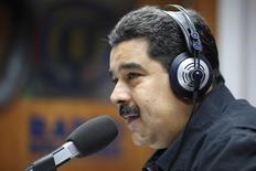 El presidente de Venezuela, Nicolás Maduro, conduciendo su programa de radio desde el Palacio Miraflores en Caracas , dic 26, 2016. Venezuela ratificó el martes que implementará el recorte de 95.000 barriles diarios de crudo correspondientes al acuerdo entre países productores para ayudar a fortalecer los alicaídos precios del combustible.  Miraflores Palace/Handout via REUTERS IMAGEN SOLO PARA USO EDITORIAL, CEDIDA A REUTERS COMO UNA CORTESÍA