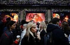 La confianza del consumidor en Estados Unidos subió en diciembre a su nivel más alto en más de 15 años, ante las expectativas de que mejore el mercado laboral, el ambiente para hacer negocios y el avance de los mercados bursátiles tras las elecciones presidenciales, según un sondeo publicado el martes. En la imagen, la gente se agolpa por la Quinta Avenida en Manhattan, Nueva York, durante una de las intensas jornadas de compras navideñas el 17 de diciembre de 2016. REUTERS/Kevin Coombs