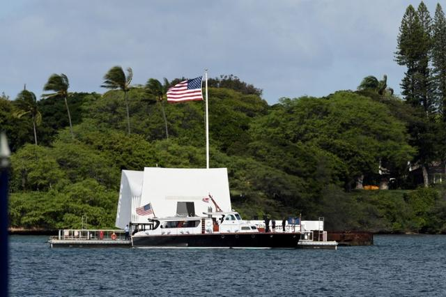 U.S. President Barack Obama and Japanese Prime Minister Shinzo Abe arrive at the USS Arizona Memorial at Joint Base Pearl Harbor-Hickam in Honolulu, Hawaii, December 27, 2016. REUTERS/Hugh Gentry
