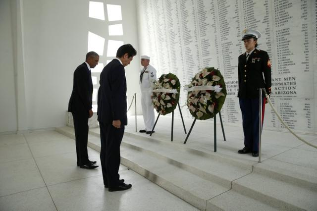 Japanese Prime Minister Shinzo Abe and U.S. President Barack Obama (L) participate in a wreath-laying ceremony aboard the USS Arizona Memorial at Pearl Harbor, Hawaii, U.S., December 27, 2016. REUTERS/Kevin Lamarque