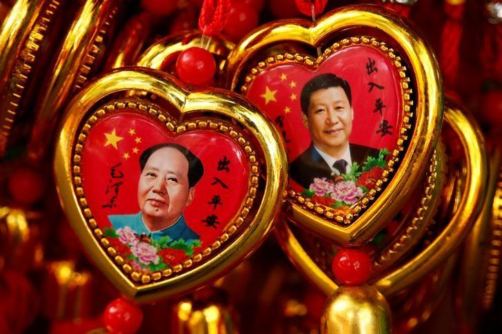 Souvenirs featuring portraits of China's late Chairman Mao Zedong and China's President Xi Jinping are seen at a shop near the Forbidden City in Beijing, China, September 9, 2016. REUTERS/Thomas Peter/Files