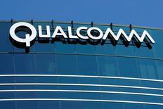 El regulador anticompetencia de Corea del Sur multó a Qualcomm Inc con 1,03 billones de wones (854 millones de dólares) por lo que llamó prácticas de negocio injustas en la licencia de patentes y la venta de chips módem, una decisión que el fabricante apelará en los tribunales. En esta imagen de archivo, el logo de Qualcomm Inc en San Diego, California. REUTERS/Mike Blake/File Photo