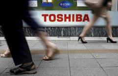Les ennuis de Toshiba, confronté à la perspective d'une dépréciation de plusieurs milliards de dollars, ont continué mercredi avec un plongeon de 20% en Bourse et une dégradation de sa note de crédit par Standard & Poor's. Le titre Toshiba avait déjà perdu 12%. /Photo d'archives/REUTERS/Toru Hanai