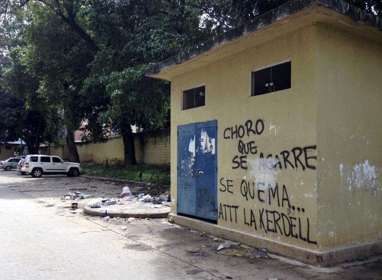 A graffiti that reads ''Get ready, thief, here we burn you. Regards, Kerdell'' is seen at a residential block in Valencia, Venezuela, August 21, 2015. When a man they believed to be a thief sneaked into their parking lot in the Venezuelan city of Valencia, angry residents caught him, stripped him and beat him with fists, sticks and stones. They tied him up and doused him in gasoline, according to witnesses, in one of what rights groups and media reports say are an increasing number of mob beatings and lynchings in a country ravaged by crime. Picture taken on August 21, 2015. REUTERS/Alexandra Ulmer - RTX1QMXJ