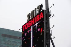 L'action Toshiba a encore perdu 17% de sa valeur à la Bourse de Tokyo jeudi, subissant une troisième séance consécutive de forte baisse après l'annonce par le conglomérat japonais d'un risque de dépréciations comptables massives. /Photo prise le 26 décembre 2016/REUTERS/Andrew Kelly