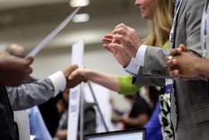 El número de estadounidenses que presentaron nuevas solicitudes de subsidios por desempleo cayó la semana pasada y se ubicó bastante por debajo de un nivel asociado con una fortaleza del mercado laboral. En la imagen, contratadores en Washington el 11 de junio de 2013. REUTERS/Jonathan Ernst/File Photo
