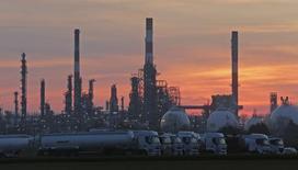 Vue générale de la raffinerie de Grandpuits de Total, en Seine-et-Marne. Le prix du pétrole devrait atteindre 60 dollars le baril d'ici fin 2017, à la faveur d'un rééquilibrage du marché mondial. /Photo d'archives/REUTERS/Christian Hartmann