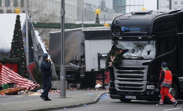 Police stand in front of the truck which ploughed last night into a crowded Christmas market in the German capital Berlin, Germany, December 20, 2016.      REUTERS/Hannibal Hanschke
